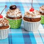 krem şanti ve cherry ile cupcakes — Stok fotoğraf