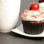 cupcakes con panna e ciliegio — Foto Stock