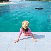 Mujer en el embarcadero de playa — Foto de Stock
