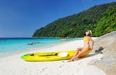 Femme à lunettes de soleil à la plage — Photo