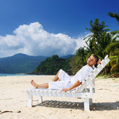 Man relaxing on a beach — Photo