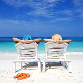 Pareja en una playa — Foto de Stock