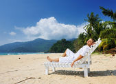 Man relaxing on a beach — Stock Photo