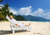 Man relaxing on a beach — Stock fotografie