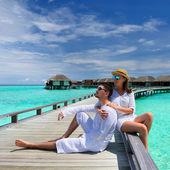 Pareja en un embarcadero de playa en maldivas — Foto de Stock