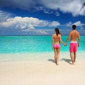 пара на пляже в мальдивах — Стоковое фото