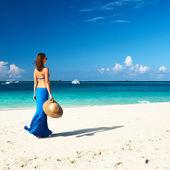 在海滩上的女人 — 图库照片