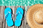 Slippers and hat at jetty — Stock Photo