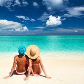 ζευγάρι σε μια παραλία στις μαλδίβες — Φωτογραφία Αρχείου