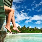 在海滩跳船的女人 — 图库照片