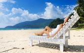 在海滩上的女孩 — 图库照片