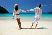 Couple in white on a beach — Foto de Stock