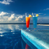 Cocktails near swimming pool — 图库照片