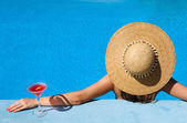 Woman at poolside with cosmopolitan cocktail — Stock Photo
