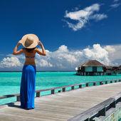 Donna su un molo spiaggia a maldive — Foto Stock