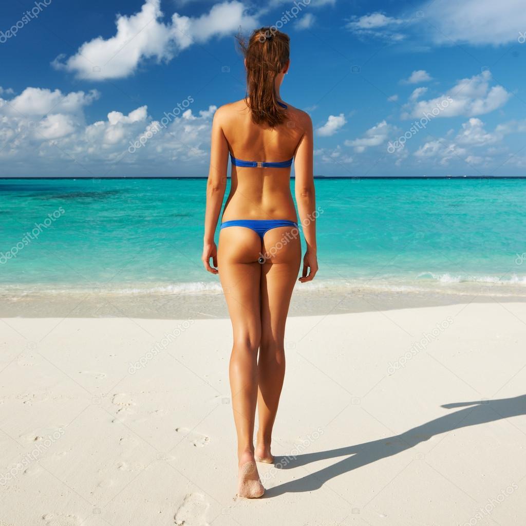 Фото девушек на пляже в купальниках микро со спины