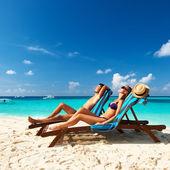 Couple sur une plage — Photo