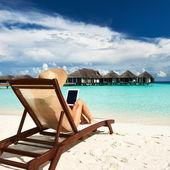 Tablet pc sahilde olan kadın — Stok fotoğraf