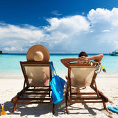 情侣在海滩上 — 图库照片