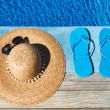Blue slippers and hat by a swimming pool - Stockfoto