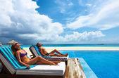 Casal relaxante à beira da piscina — Foto Stock