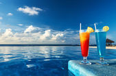 Cocktails near swimming pool — Stockfoto