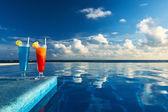 Cocktails in de buurt van zwembad — Stockfoto