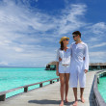 Koppel op een steiger strand op de Malediven — Stockfoto