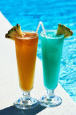 Cocktails near swimming pool — Stock Photo