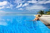 Kobieta na basenie — Zdjęcie stockowe