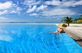Mulher à beira da piscina — Foto Stock