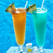 Cocktails near swimming pool — Stock fotografie
