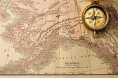 Antigua brújula sobre viejo mapa del siglo xix — Foto de Stock