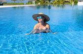 Frau am pool — Stockfoto
