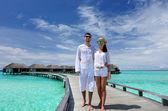 Couple on a beach jetty at Maldives — Stockfoto
