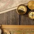 kompasy ponad starą mapę — Zdjęcie stockowe