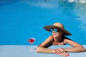 Žena v bazénu s kosmopolitní koktejl — Stock fotografie