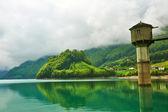 Vackra emerald fjällsjö i schweiz — Stockfoto