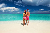 Couple in santa's hat on a beach at Maldives — Stock Photo