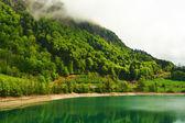 Schöne smaragdgrünen Bergsee in der Schweiz — Stockfoto