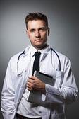 врач с портретом-tablet pc — Стоковое фото