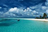 Beach with sandspit — 图库照片