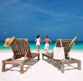 Par i vit körs på en strand på maldiverna — Stockfoto