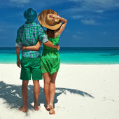Couple in green on a beach at Maldives — Stok fotoğraf