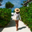 Womwith bag and sun hat going to beach — Stock Photo #41644583