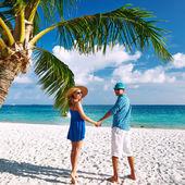 Pareja vestida de azul en una playa en maldivas — Foto de Stock