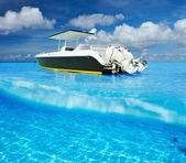 Beach and motor boat with white sand bottom underwater view — Stock Photo