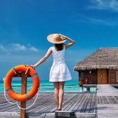 Woman on a beach jetty at Maldives — Stock fotografie