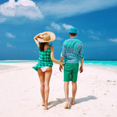 Couple in green on a beach at Maldives — Foto de Stock