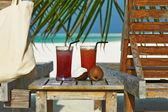 Cócteles en la playa tropical — Foto de Stock